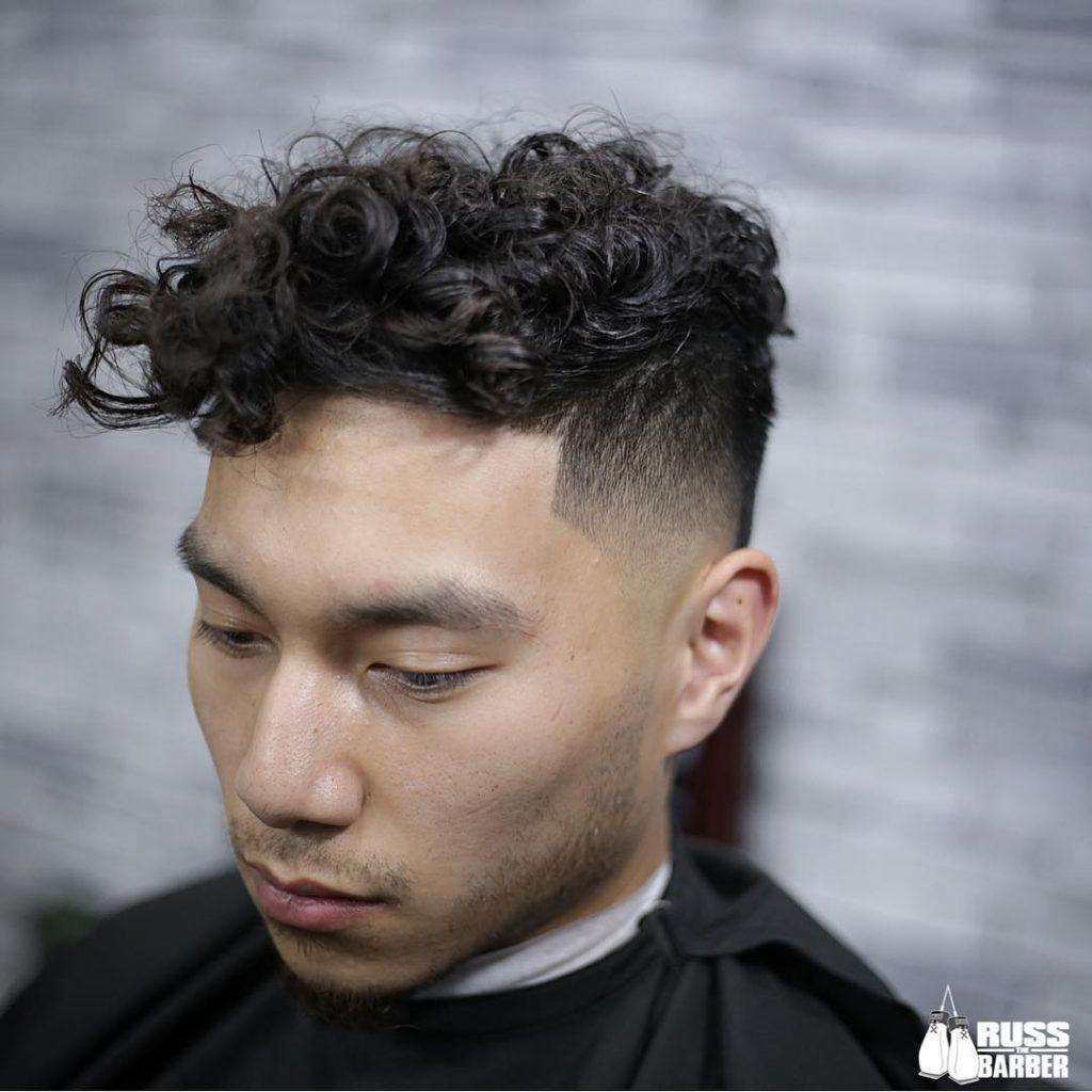 coupe de cheveux agitée pour les cheveux bouclés moyens