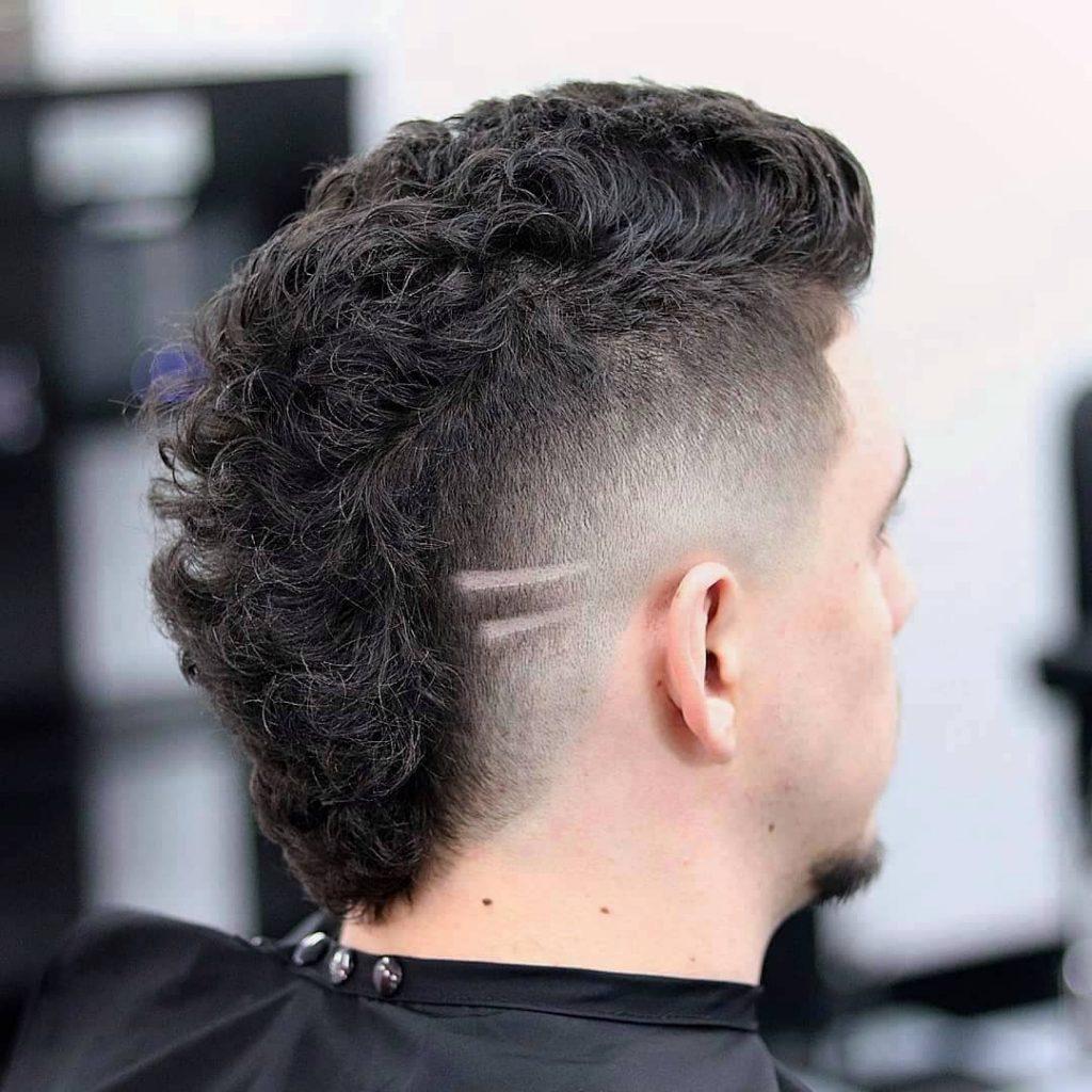 cheveux bouclés mohawk fondu coupe de cheveux