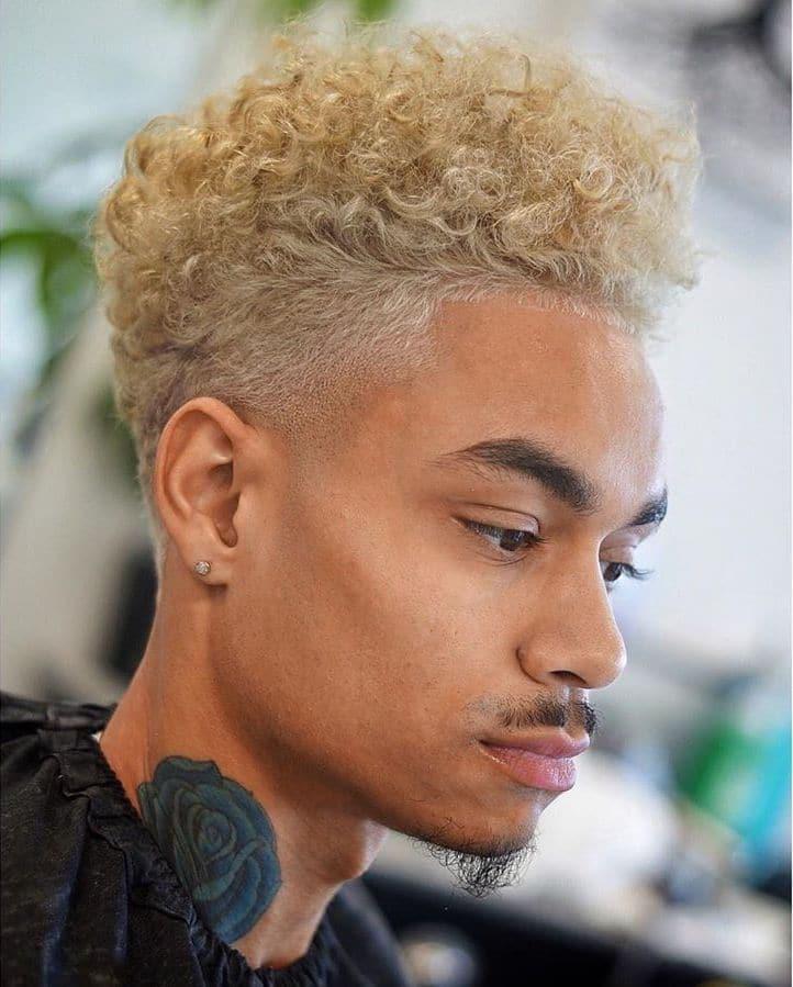 coupes de cheveux bouclés teints