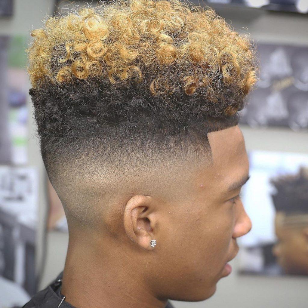 coupe de cheveux fade chauve moyenne pour les cheveux bouclés