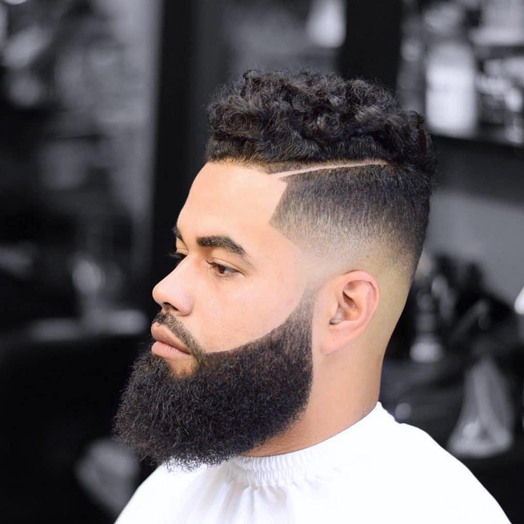 coupe de cheveux de partie latérale de cheveux bouclés moyens