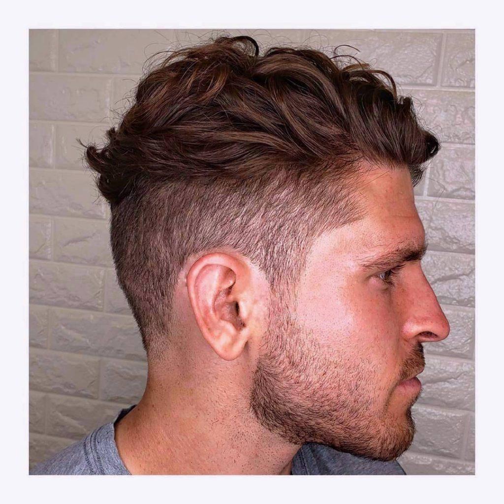 cheveux bouclés en désordre longue longueur