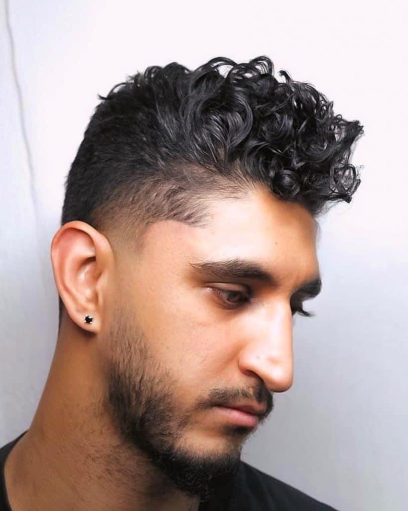 coupe de cheveux pompadour pour cheveux bouclés moyens