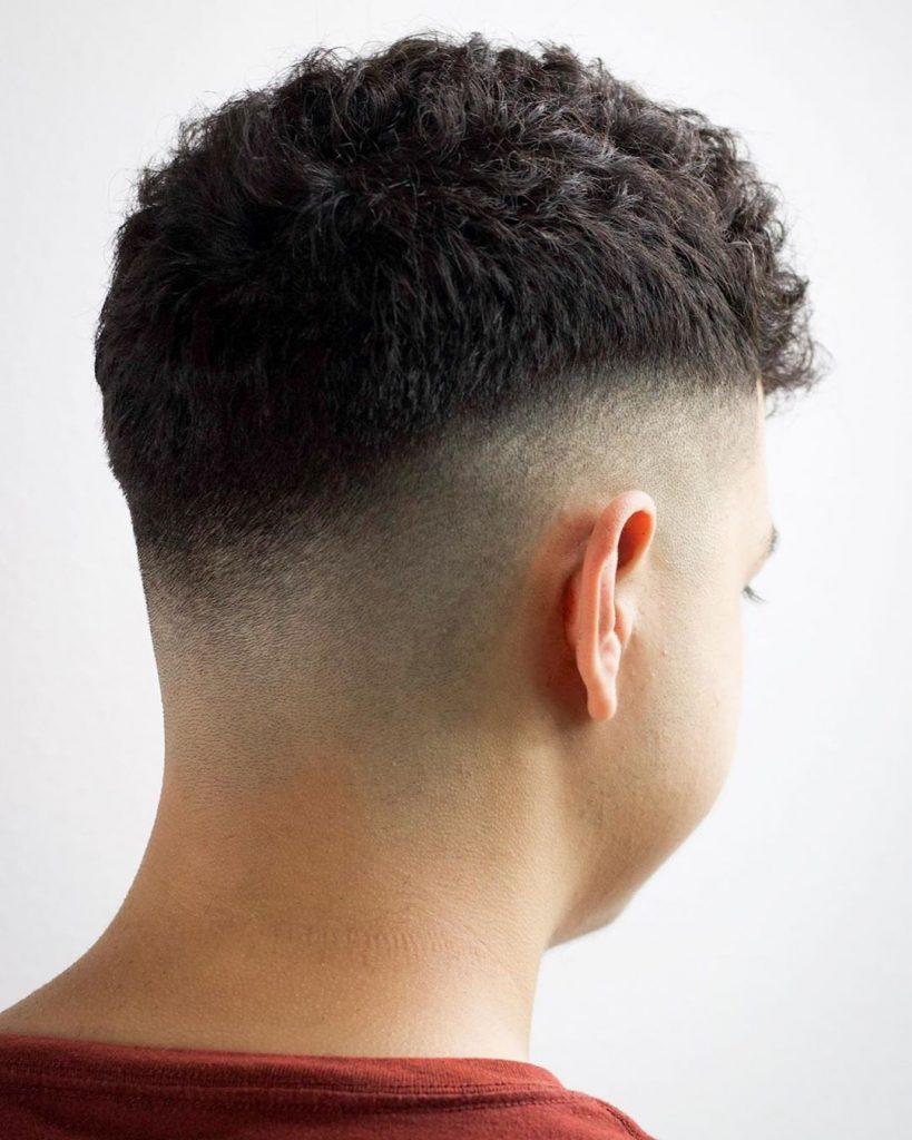 coupe de cheveux d'été courte pour les hommes aux cheveux bouclés