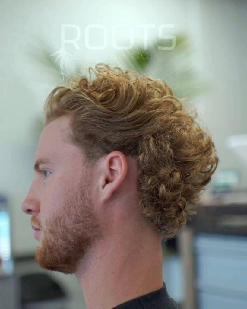 coupe de cheveux à franges pour cheveux bouclés moyens