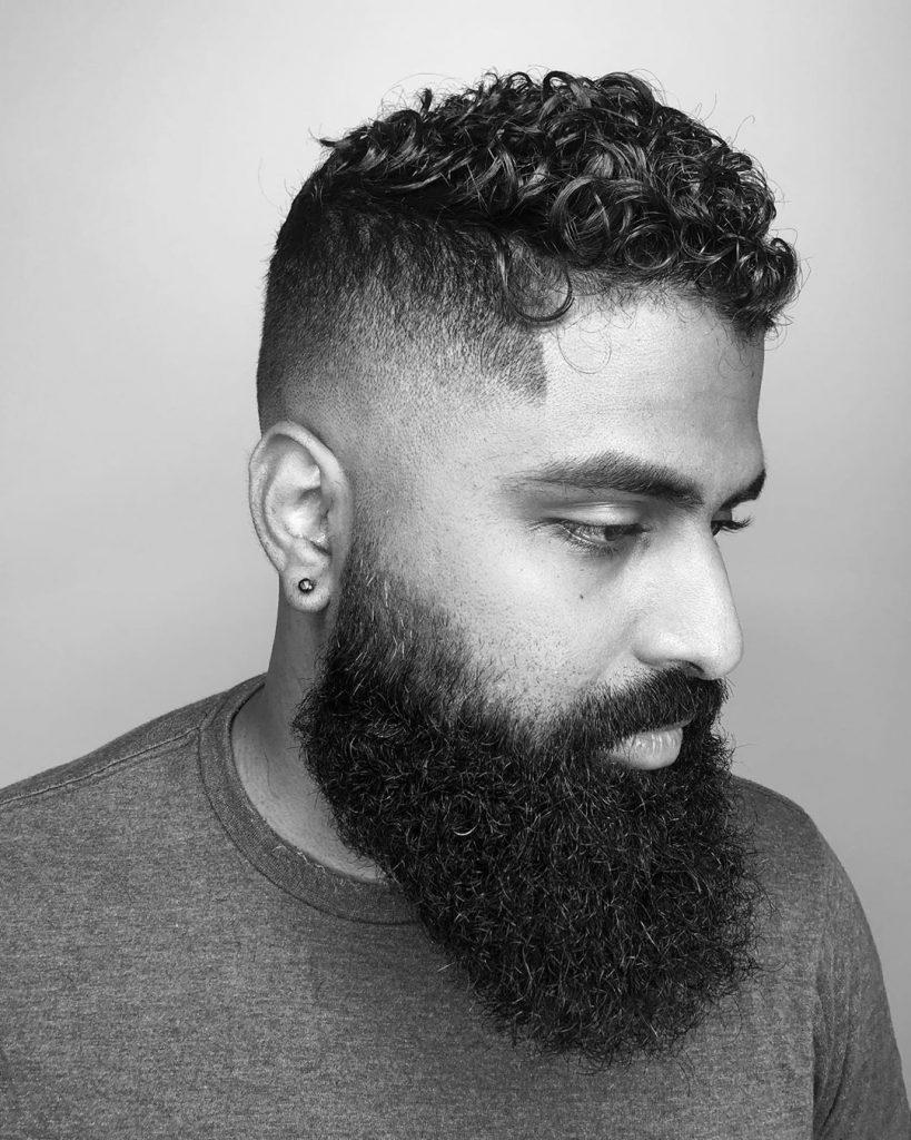 coiffure lissée pour les cheveux bouclés courts