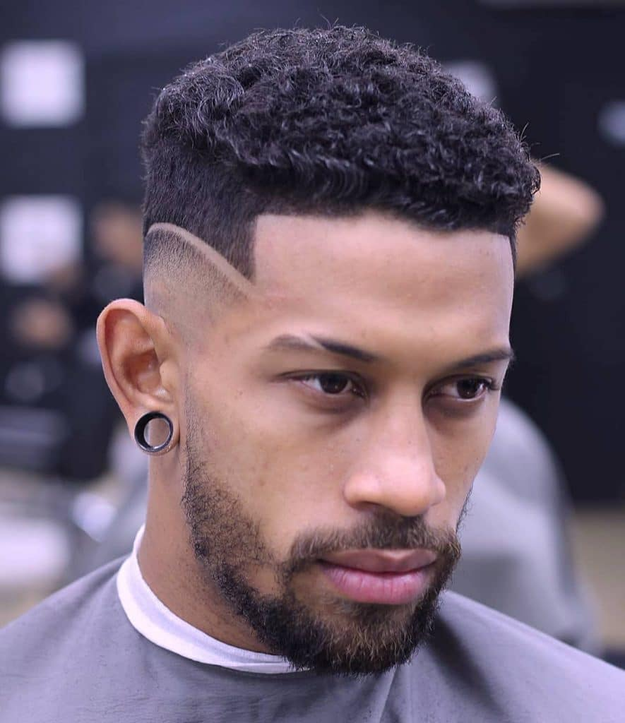 coupe de cheveux élégante cheveux bouclés courts